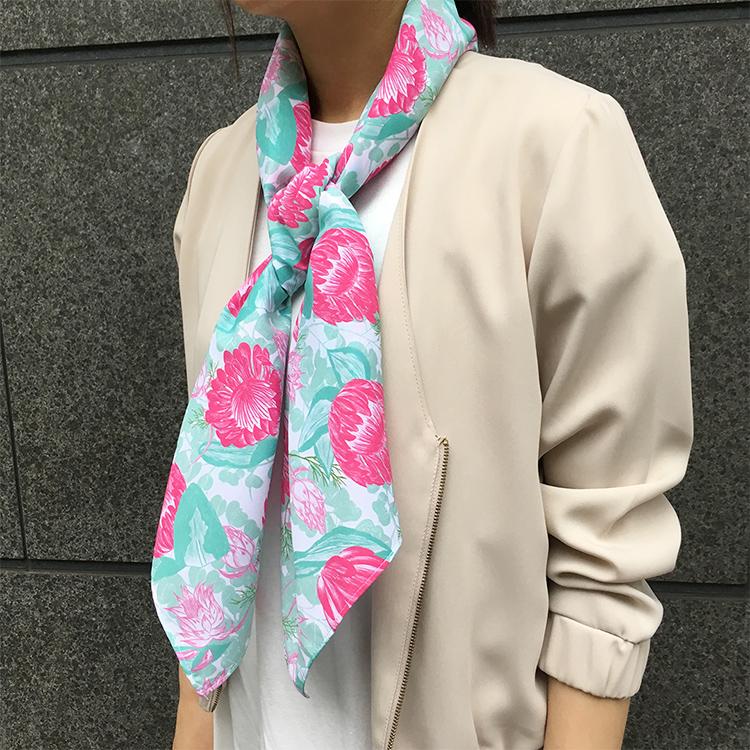 プロテアとセルリアとユーカリのスカーフ着用画像【Pavish Pattern】